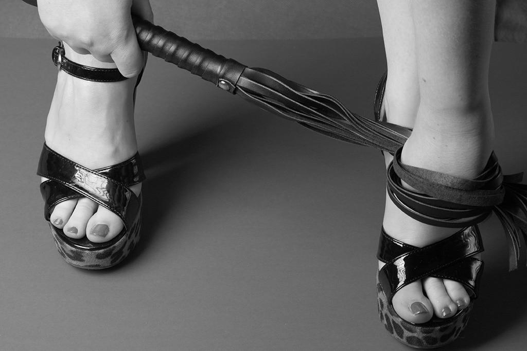 Die Domina hat verschiedene Möglichkeiten ihren Sklaven den Orgasmus zu versauen