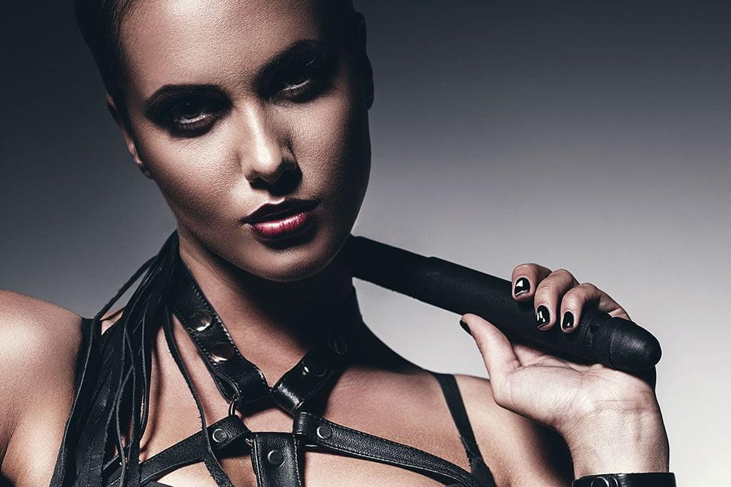 Domina Sexcams sind beliebt, weil man strenge Herrinnen von zu Hause aus genießen kann